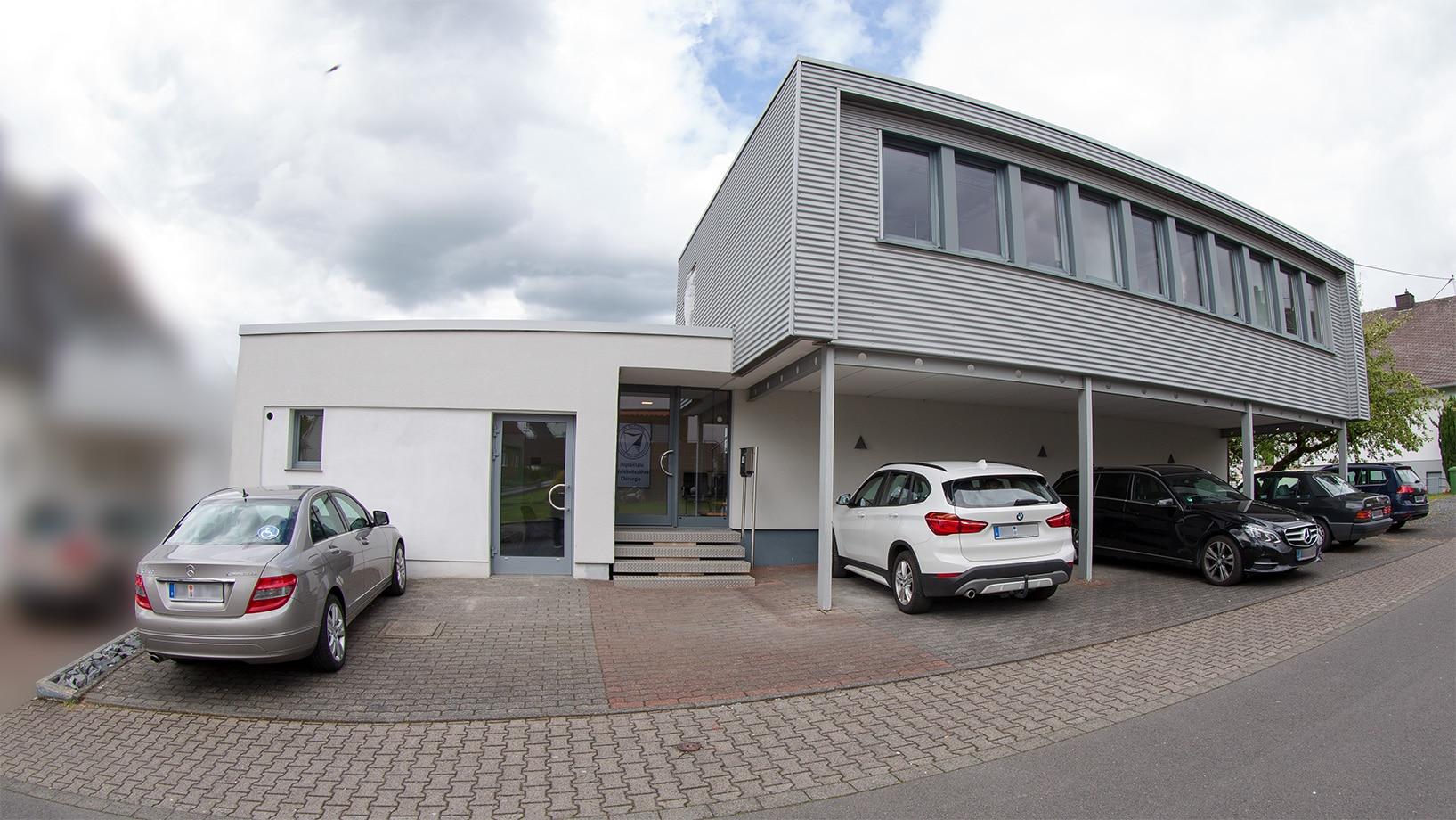 Praxis Außenaufnahme Parkplatz Oralchirurgie Westerwald Hachenburg